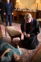 Father Brown (Mark Williams) betet für den toten Calvin.