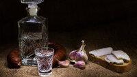 Wer in Russland Urlaub macht, wird kaum am Nationalgetränk vorbeikommen. Wodka wird traditionsgemäß zu deftigen Speisen verzehrt.