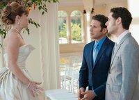 Hank und Evan beruhigen die nervöse Braut: Angela Goethals als Ginnie, Mark Feuerstein als Hank Lawson, Paulo Costanzo als Evan Lawson (Copyright SRF/NBC Universal)