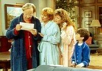 Die Tanners finden eine Nachricht von Alf: (v.l.n.r.) Willie (Max Wright), Kate (Anne Schedeen), Lynn (Andrea Elson) und Brian (Benji Gregory) sind besorgt.