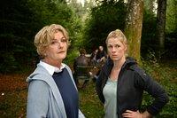 Marie (Christine Eixenberger, r.) und ihre Mutter Irene Reiter (Saskia Vester, l.) machen sich Sorgen um Ernst, der sich die Schuld an Marcos Tod gibt.