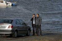 Lars (Ingo Naujoks, l.) und Finn (Sven Martinek, r.) finden das Auto mit dem Karolin Böhm von der Straße gedrängt wurde.
