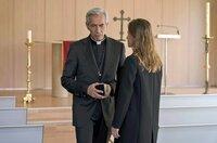 Amaia Salazar (Marta Etura, r.) vermutet, dass Padre Sarasola (Imanol Arias, l.) ein doppeltes Spiel spielt.