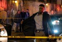 Der New Yorker Polizist Andre Davis (Chadwick Boseman) nähert sich dem abgesperrten Fundort eines Fluchtwagens.