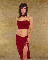 Phoebe (Alyssa Milano) versteht es ausgezeichnet, nicht nur ihre Zauberkräfte, sondern auch die Waffen einer Frau im Kampf gegen das Böse einzusetzen ...