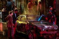 Die Polizeikräfte Frankie Burns (Sienna Miller, l.) und Andre Davis (Chadwick Boseman, 2. v. l.) besehen mit der Spurensicherung einen ausgebrannten Fluchtwagen, der von ihnen gejagten Drogenräuber und Mörder.