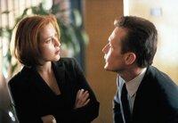 Scully (Gillian Anderson, l.) und Doggett (Robert Patrick, r.) untersuchen den Fall eines Jungen, der vor zehn Jahren entführt wurde und jetzt wieder aufgetaucht ist, ohne auch nur einen Tag gealtert zu sein.