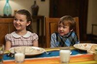Im Gegensatz zu ihren Eltern freuen sich die Zwillinge Samantha (Daisy Tahan, l.) und Henry (Colin Baiocchi, r.), dass so viele Menschen zu ihrer Geburtstagsfeier gekommen sind ...