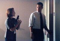 Scully (Gillian Anderson, l.) und Doggett (Robert Patrick, r.) ermitteln in einem mysteriösen Entführungsfall.