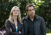 Noch sehen Pam (Teri Polo, l.) und ihr Ehemann Greg Focker (Ben Stiller, r.) voller Zuversicht in eine Zukunft als glückliche Kleinfamilie ...