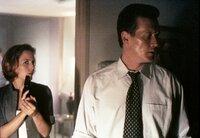 Scully (Gillian Anderson, l.) und Doggett (Robert Patrick, r.) sind am Fundort der Leiche eines entführten Jungen eingetroffen.