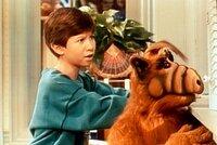 Interessiert verfolgen Alf (r.) und Brian (Benji Gregory, l.) von der Küche aus die lautstarke Auseinandersetzung der beiden Rivalen Danny und Randy.