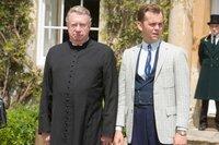 Father Brown (Mark Williams, l.) und Sid Carter (Alex Price, r.) stehen vor einem Rätsel. Sie können sich die schrecklichen Ereignisse der vergangenen Tage nicht erklären.