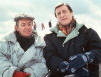 Der Bürgermeister Peter Elfinger (Helmut Fischer) und sein Amtskollege Paul Schneck (Hans Clarin, li.) geraten in Streit wegen der Nutzung einer Seilbahn.