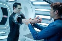 """Dr. McCoy (Karl Urban, r.) untersucht den Terroristen John Harrison (Benedict Cumberbatch, l.), der behauptet, """"Khan"""" zu heißen und ein gentechnisch verbesserter Soldat zu sein, der vor 300 Jahren zusammen mit seinen Leuten eingefroren wurde ..."""