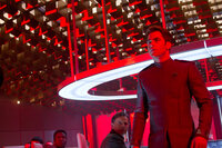 Zu spät kommt Captain Kirk (Chris Pine, r.) der Verdacht, dass Admiral Christopher Pike (Bruce Greenwood, 2.v.r.) und alle anderen in eine verlustreiche Falle gelockt wurden ...