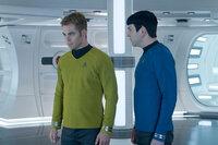 Auf Kirk (Chris Pine, l.) und Spock (Zachary Quinto, r.) wartet ein Abenteuer, das sie beide an den Rand des Todes treibt ...