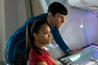 Müssen Khan schnappen, damit Kirk überleben kann: Spock (Zachary Quinto, l.) und Uhura (Zoe Saldana, r.) ...
