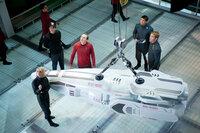 """Nach dem Anschlag von John Harrison sollen Captain Kirk (Chris Pine, r.), Dr. Leonard 'Pille' McCoy (Karl Urban, 2.v.r.), 'Scotty' Scott (Simon Pegg, 3.v.r.) und Carol (Alice Eve, l.) bis zum Rand der """"neutralen Zone"""" vordringen und von dort aus den Attentäter mit neuartigen Langstrecken-Photonentorpedos beschießen. Doch kann die Besatzung der Enterprise Admiral Marcus' Anweisungen trauen?"""