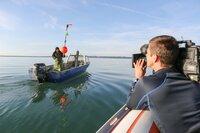 Fischerin Regula Bösch im Fokus von Kameramann Klaus Achter. Sie setzt einen Bojensender um ihre Treibnetze am nächsten Tag wieder zu finden.