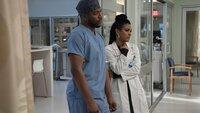 Dr. Floyd Reynolds (Jocko Sims) und Dr. Helen Sharpe (Freema Agyeman)