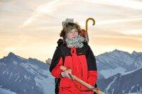 Die Innsbrucker Künstlerin Maria Peters mit Staffelei, morgens am Hafelekar. Auf dem felsigen Gipfelplateau des Haferlekar, auf 2300m, baut die Malerin Maria Peters eine riesige Staffelei auf, um darauf ein monumentales Gemälde eines ihrer Lieblingsmotive entstehen zu lassen: die Vorberge der Zentralalpen im Süden von Innsbruck, Richtung Brenner.