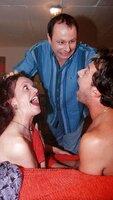 Manfred (Markus H. Eberhard, M.) erwischt seine Freundin Rosi (Joey Cordevin) mit seinem Nachbarn Horst (Günter Barton) im Bett. Aber damit geht der Ärger für Manfred erst los...