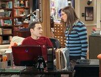 Amy (Mayim Bialik, r.) versucht, Sheldon (Jim Parsons, l.) davon abzubringen, Dinge immer zwanghaft beenden zu müssen, indem sie viele verschiedene beginnt und ihn keines davon beenden lässt ...