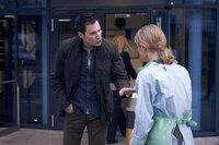 Jack Hodgson (David Caves, l.); Dr. Nikki Alexander (Emilia Fox, r.)