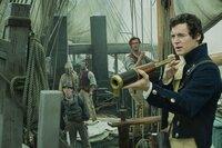 Angeführt von Kapitän Pollard (Benjamin Walker, r.) sticht das Walfängerschiff Essex mit Offizier Owen Chase (Chris Hemsworth, 2.v.r.) und Besatzung in See, um in einem vielversprechenden Gebiet auf Pottwaljagd zu gehen - doch damit steuern sie in gefährliche Gewässer ...
