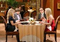 """""""The Big Bang Theory"""", """"Der Romantik-Ninja."""" Valentinstag naht mit Riesenschritten. Während Penny dem Ereignis mit Grauen entgegenblickt, zu oft wurden ihre hohen Erwartungen bisher enttäuscht, zeigt sich Leonard wild entschlossen, Pennys Skepsis zu vertreiben. Das gemeinsame Candlelight-Dinner wird jedoch von einem Streit zwischen Howard und Bernadette überschattet. Amy verblüfft Sheldon mit dem Vorsatz, trotz des Festtags keinerlei Ansprüche an ihn zu haben. Derweil wächst Raj bei einer Party für gestrandete Seelen weit über sich hinaus.Im Bild (v.li.): Melissa Rauch (Bernadette), Simon Helberg (Howard Wolowitz), Johnny Galecki (Leonard Hofstadter), Kaley Cuoco (Penny)."""