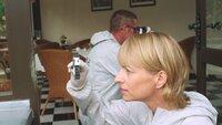 An der Terrassentür von Wintrichs Zimmer findet KTU-Beamtin Roswitha Prinzler (Silke Matthias) Einbruchsspuren. Wintrichs Uhr im Wert von 15 000 Euro fehlt. Hat ihn die Einbrecherbande getötet, die seit einiger Zeit in der Gegend ihr Unwesen treibt? Oder steckt ein persönliches Motiv hinter dem Mord?