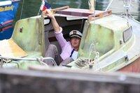 """Humphrey (Kris Marshall) auf seiner neuen """"Yacht""""."""