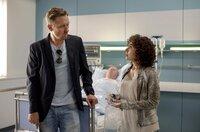 Piet Wellbrook (Peter Fieseler, l.) und Harry (Maria Ketikidou, r.) wundern sich - warum vermisst niemand Heinrich Fischer (im HG), der seit Monaten im Krankenhaus im Koma liegt?