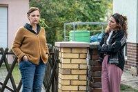 Kim Nowak (Amy Mußul, r.) erhofft sich von der langjährigen Nachbarin Roswitha Linde (Heike Hanold-Lynch, l.) Informationen über die Familienverhältnisse des Toten herauszufinden. Kim ist irritiert, dass die Nachbarin ein ganz anderes Bild von der Familie präsentiert, als das was sich während den Ermittlungen aufgezeigt hat.