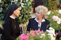 Schwester Hanna (Janina Hartwig, l.) spricht mit ihrer Mutter Gertrud Maybach (Grit Boettcher, r.) über Leon.