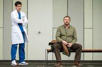 Ben Ahlbeck (Philipp Danne, l.) trifft auf den Vater seiner Patientin Tilly. Holger Lehmann (Eckhard Preuß, r.) wusste nichts von den Op-Plänen seiner Tochter. Voller Angst und Sorge, lehnt er die OP ab.