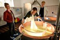 Marie Reiter (Christine Eixenberger, l.) und Mark Gruber (David Zimmerschied, r.) sprechen mit Lukas Emmerling (Thomas Grässle, M.), während er das Lab abschöpft.