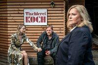 Uwe Koch (Oliver Bröcker, M.) erklärt Dagmar Schnee (Petra Kleinert, r.), dass er und seine Frau Anke Koch (Mirka Pigulla, l.) aus Kostengründen das Haus seines Vaters verkaufen mussten. Er wollte mit dem Erlös für seinen Vater einen Platz in einem Seniorenheim finanzieren.