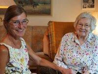 Die Palliativärztin Dr. Sabine Drengenberg (l.) betreut ihre Patient*innen in deren Zuhause.