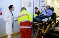 Dr. Philipp Brentano (Thomas Koch, li.) hat gerade in der Notaufnahme Schicht, als sein Schwiegervater Klaus Ritter (Rolf Kanies, re.) von den Notärzten (Komparsen) eingeliefert wird.