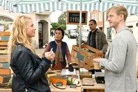 Mark Gruber (David Zimmerschied, r.) und Marie Reiter (Christine Eixenberger, l.) besorgen sich Käse am Marktstand von Margarete Emmerling (Renan Demirkan, 2. v. l.) und ihrem Sohn Lukas (Thomas Gra?ssle, 2. v. r.).