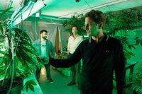 Yunus (Yunus Cumartpay, l.) bringt Wolfgang Habedank (Holger Stockhaus, r.) und seinen Kumpel Gerald Boje (Michael Pink, M.) auf eine Geschäftsidee: Ein Investment in medizinisches Cannabis!
