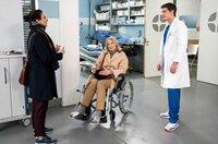 Leyla Sherbaz' (Sanam Afrashteh, l.) bringt ihre verletzte Schwiegermutter Anne-Charlotte Ahlbeck (Katja Weitzenböck, M.) zu Ben (Philipp Danne, r.) in die Notaufnahme.
