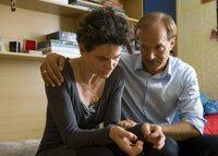 Uwe Schulze (Jochen Horst) tröstet seine Frau Janine (Bibiana Beglau), der es schwer fällt, über den Tod ihrer Tochter hinwegzukommen.