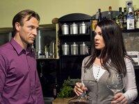 Elena Eichhorn (Cheryl Shepard) ist sauer, dass Martin Stein (Bernhard Bettermann) zum ersten gemeinsamen Abendessen in der neuen Wohnung zu spät kommt und dann auch noch Isabel Dahl mitbringt. Elena vermutet, dass Martin ihr nicht die ganze Wahrheit über seine Affäre mit Isabel erzählt hat.
