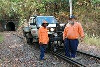 Les und Ivan räumen die Gleise nach Stürmen frei: Mit einem skurrilen Gefährt, das auf Schienen wie auf Straßen fahren kann.