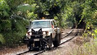 Auf sturmgeplagten Streckenabschnitten muss ein skurriles Gefährt die Äste von den Gleisen räumen: Dieser Pickup kann auf Schienen wie auf Wegen fahren.