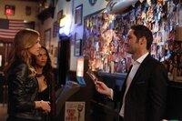 Wie wird Lucifer (Tom Ellis, r.) regieren, wenn Charlotte (Tricia Helfer, l.) und Maze (Lesley-Ann Brandt, M.) ihm offenbaren, dass Chloe und er sich doch nicht so zufällig begegnet sind, wie gedacht ...
