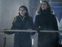 Madison Russell (Millie Bobby Brown, l.); Dr. Emma Russell (Vera Farmiga, r.)